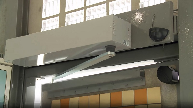 Door operator on double-leaf sliding doors